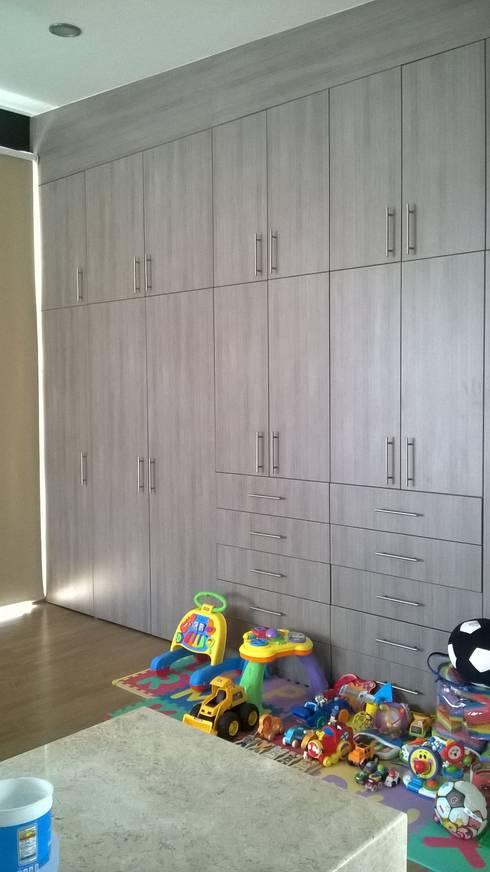 Closet:  de estilo  por k4bim