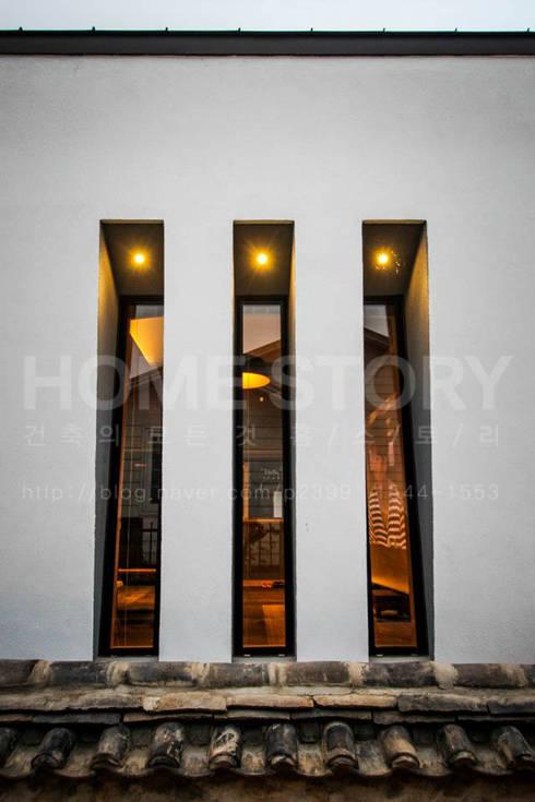 [경주 신축 전원주택 외관과 전경] 현대식 세련된 신축 ALC주택: (주)홈스토리의  창문