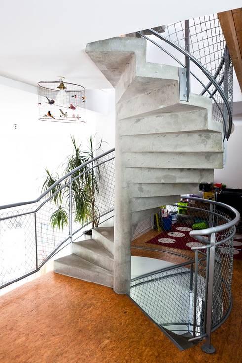 Les herbiers: Couloir et hall d'entrée de style  par Block Architectes