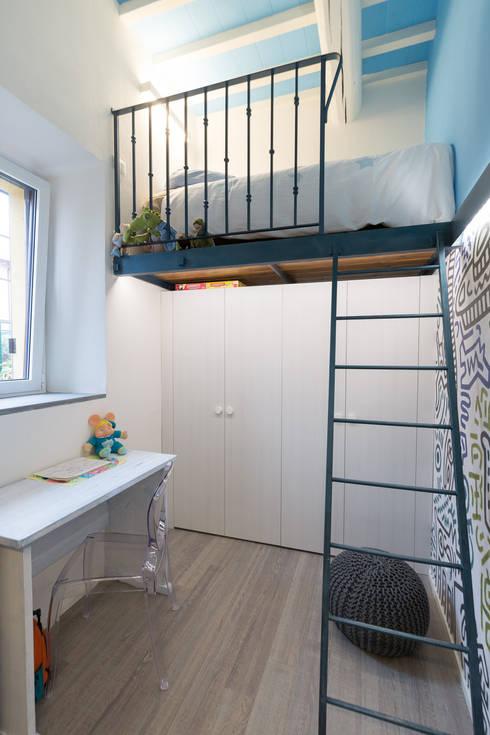 Lo scrigno dal cuore contemporaneo: Camera da letto in stile in stile Moderno di B+P architetti