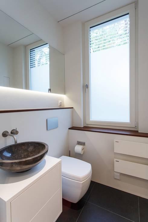 g stetoilette modern von kjubik innenarchitektur homify. Black Bedroom Furniture Sets. Home Design Ideas