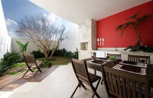 Lote estreito casa espaçosa.: Jardins modernos por Magno Moreira Arquitetura