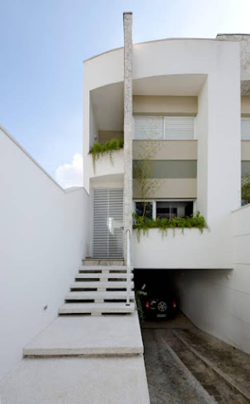 Lote estreito casa espaçosa.: Casas modernas por Magno Moreira Arquitetura