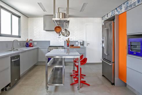 Residência Roverato: Cozinhas modernas por felipe torelli arquitetura e design