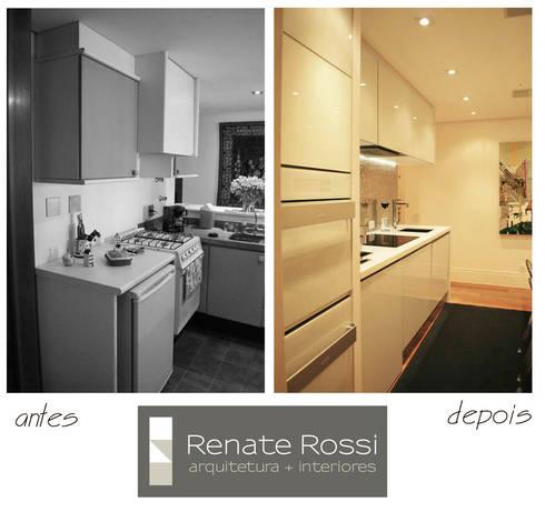 Cozinha americana com coluna de eletros:   por Renate Rossi Arquitetura + Interiores
