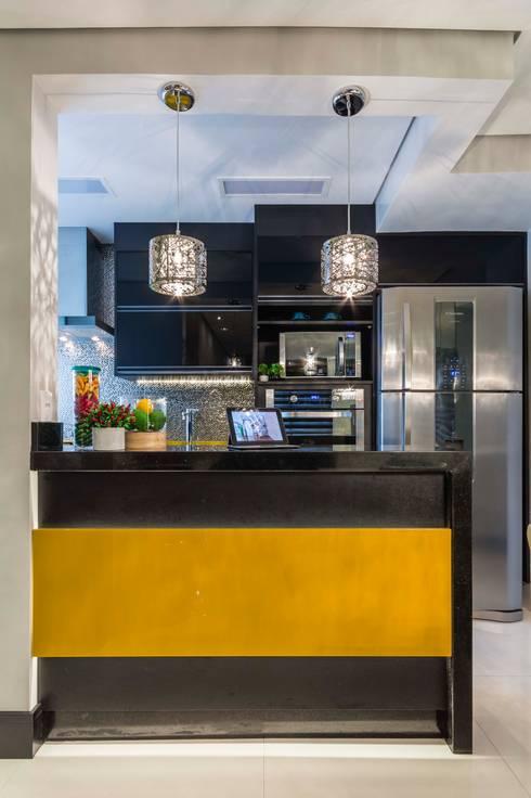 Cozinha  amarela: Cozinhas ecléticas por Lo. interiores