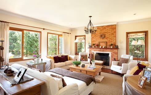 Uma charmosa casa de campo: Sala de estar  por Casa de Valentina