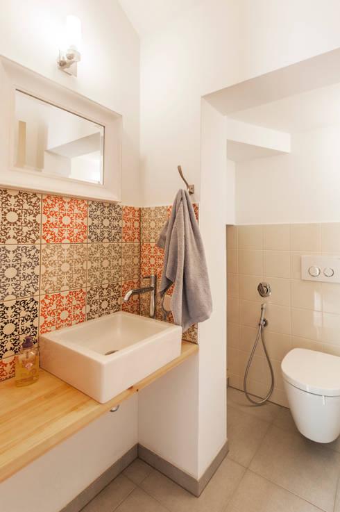 WC: Salle de bains de style  par goodnova godiniaux