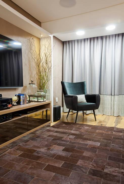 Sala de Cinema apto em Balneário Camboriú: Salas multimídia modernas por Estúdio HL - Arquitetura e Interiores
