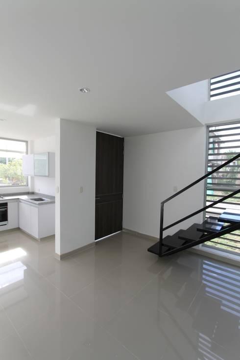 Ventanas de estilo  por Alzatto Arquitectos