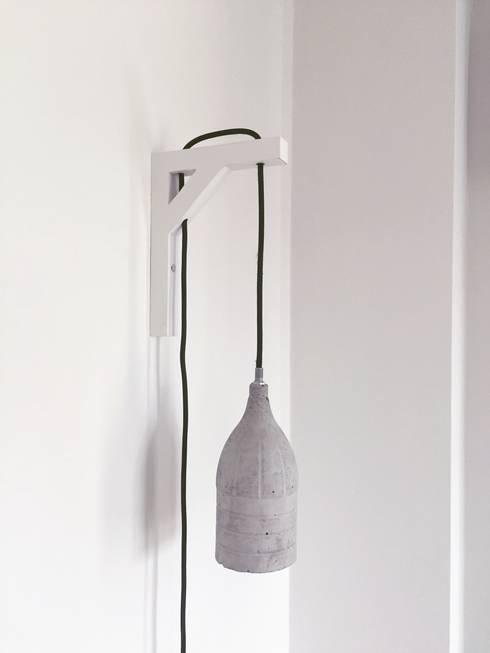 Beton & Handgemaakt Lamp Douwe met wandhouder :  Woonkamer door byCoco Designstudio