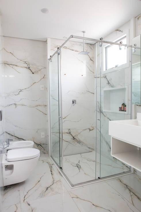 Residência Roverato: Banheiros modernos por felipe torelli arquitetura e design