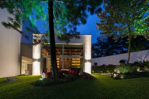 Casa AV: Jardines de estilo moderno por Pórtico