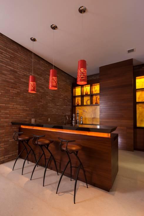 Casa AV: Pasillos y recibidores de estilo  por Pórtico
