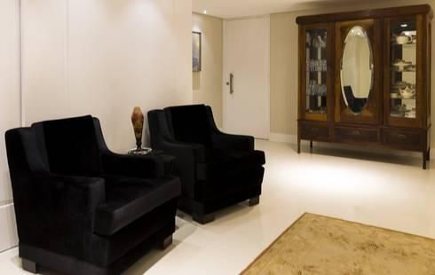 Apartamento G2: Salas de estar clássicas por Valdete Duarte