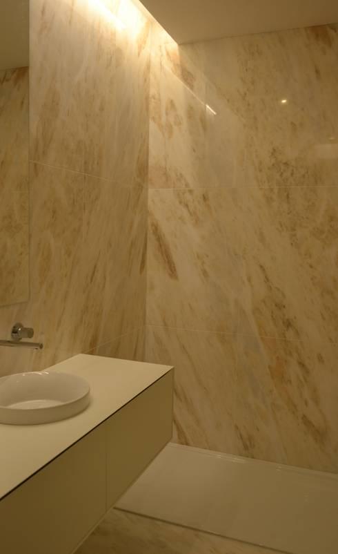 Projekty,  Łazienka zaprojektowane przez PAULA NOVAIS ARQUITECTOS E DESIGN