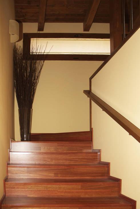Escalera: Pasillos y vestíbulos de estilo  de RIBA MASSANELL S.L.