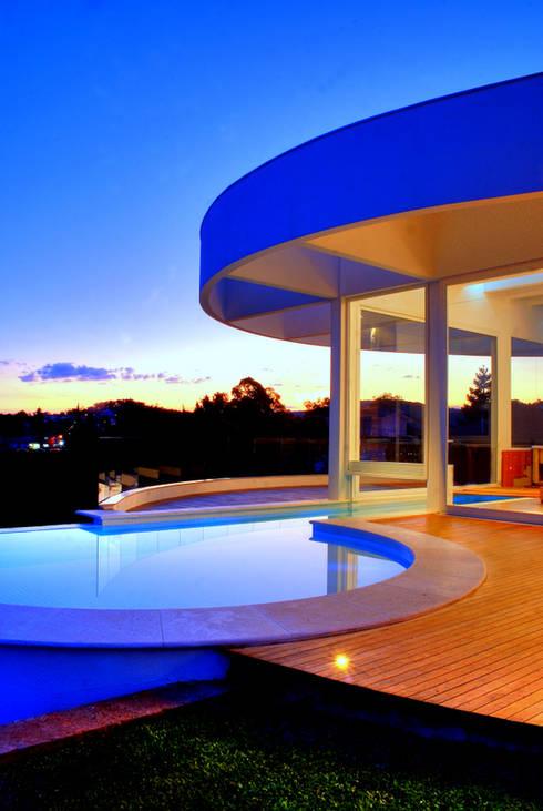 Proj. Arq. Cláudia Caramori: Casas modernas por BRAESCHER FOTOGRAFIA