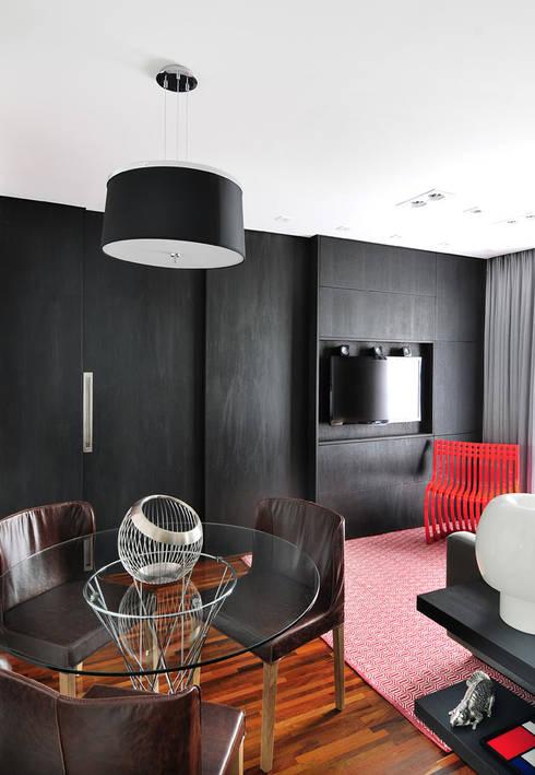 غرفة المعيشة تنفيذ Mario Catani - Arquitetura e Decoração