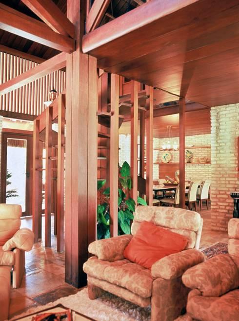 Casa Família Tenório: Salas de estar rústicas por Traço Planejamento e Arquitetura