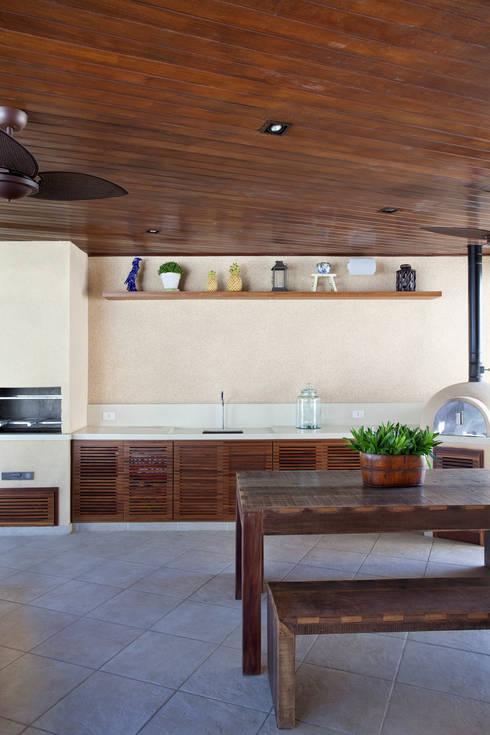 Casa Barra: Terraços  por Paula Libanio Arquitetura Interiores