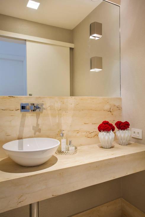 Cobertura Ipanema: Banheiros modernos por Paula Libanio Arquitetura Interiores