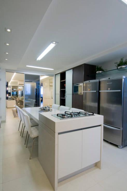 APto 160m: Cozinhas clássicas por Allysandra Delmas - Arquitetura e Interiores