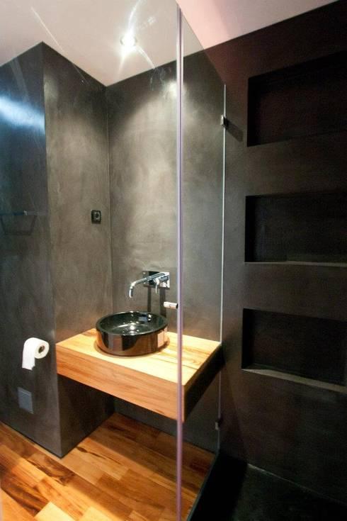 Apartamento Alvalade: Casas de banho modernas por DRCF Arquitectos