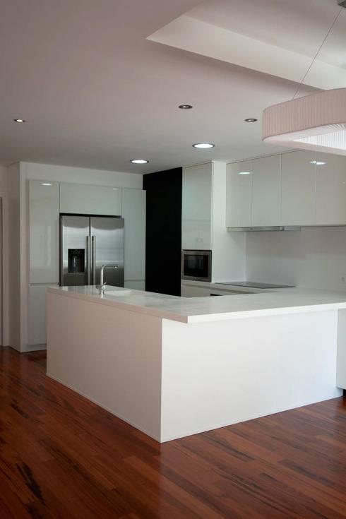 Apartamento Alvalade: Cozinhas modernas por DRCF Arquitectos