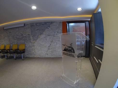 Remodelacion de Salón Audiovisual de la Dirección General Sectorial de Infraestructura del Estado Carabobo.: Salas de entretenimiento de estilo moderno por Construcciones, Remodelaciones y Proyectos Kobol, C.A