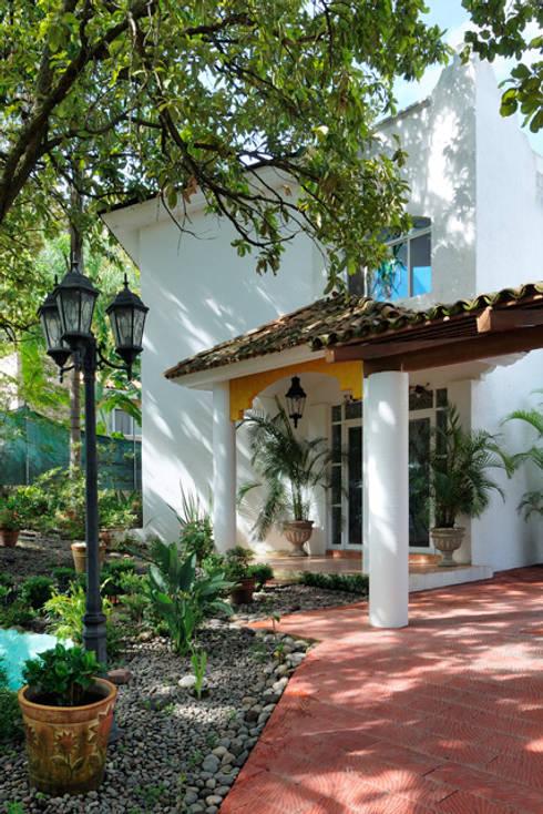 el ingreso: Casas de estilo colonial por Excelencia en Diseño