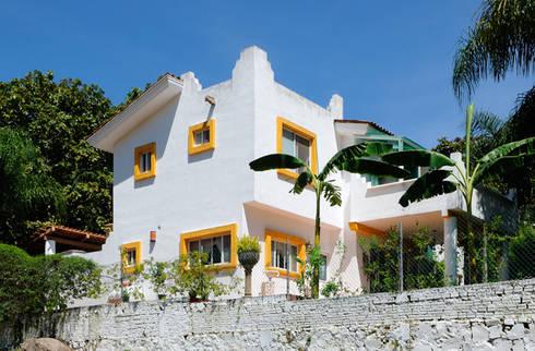 fachada trasera : Casas de estilo colonial por Excelencia en Diseño