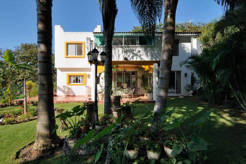 jardin trasero.: Casas de estilo colonial por Excelencia en Diseño