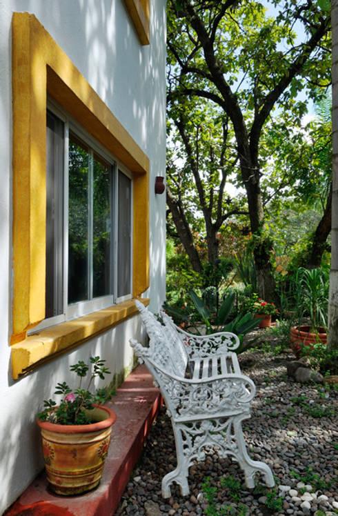 banca de descanso: Jardín de estilo  por Excelencia en Diseño