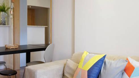 Detalhe Sofá: Salas de estar modernas por fpr Studio