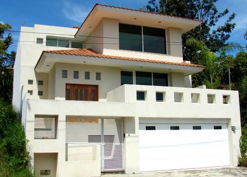 Valle Anahuac Animas Xalapa Veracruz: Casas de estilo moderno por CouturierStudio