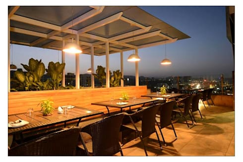 21WEST:  Terrace by CK Interiors Pvt Ltd