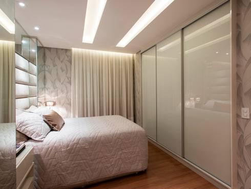Apartamento Jovem Casal: Quarto  por Cristine V. Angelo Boing e Fernanda Carlin da Silva