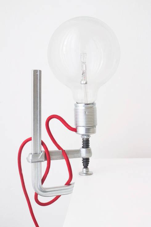 Clamp Light:  Woonkamer door LUCAS & LUCAS