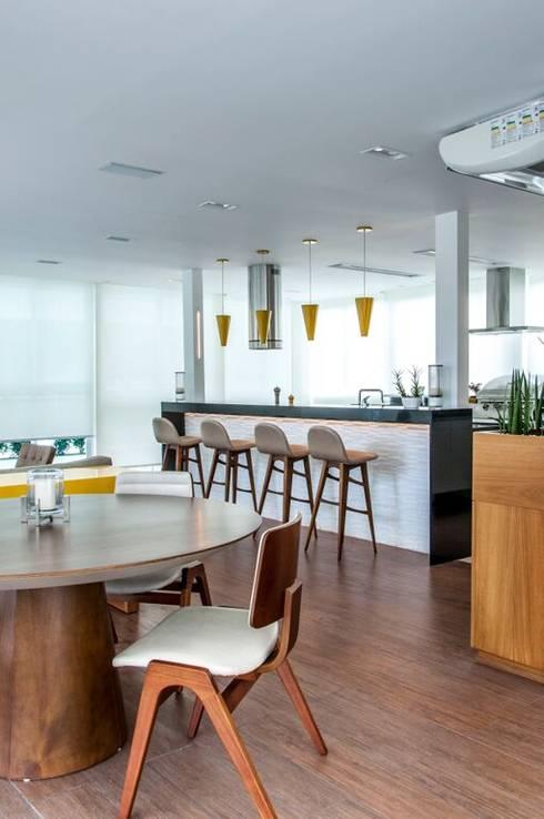 Residência Barra da Tijuca: Cozinhas modernas por AR Arquitetura & Interiores