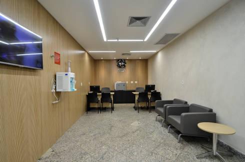 Hospital Brasil: Corredores e halls de entrada  por LMartins Fotografia