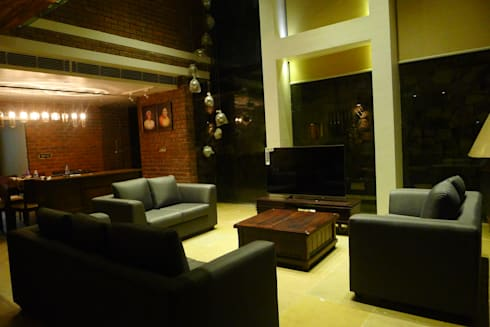 Brick House , Wardha , Nagpur, India: rustic Living room by Mu design
