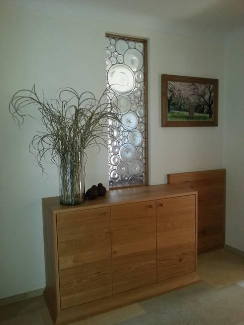 farblose Butzenscheibenverglasung: moderner Flur, Diele & Treppenhaus von GLAS +ACHAT