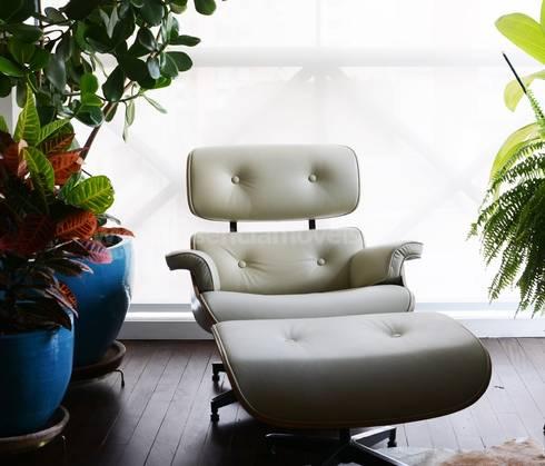 Poltrona e Puff Charles Eames: Sala de estar  por Essência Móveis e Decoração Eireli