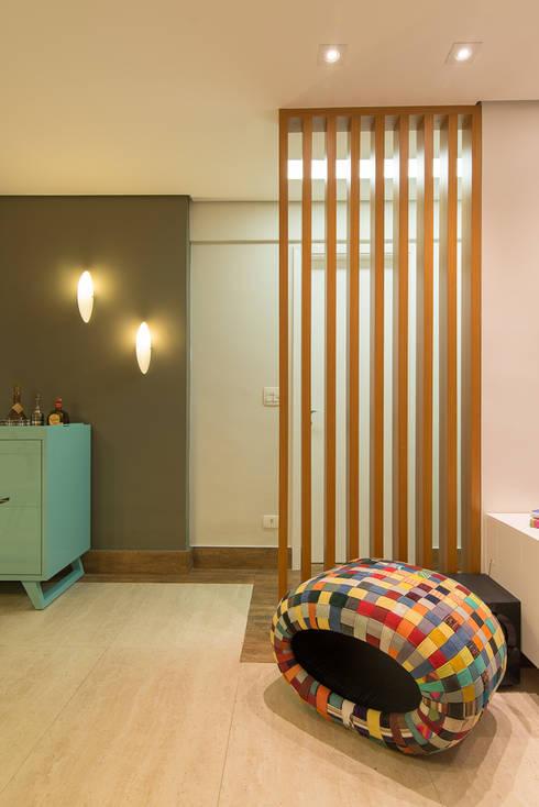 Detalhe do Painel Ripado: Corredores e halls de entrada  por Madi Arquitetura e Design