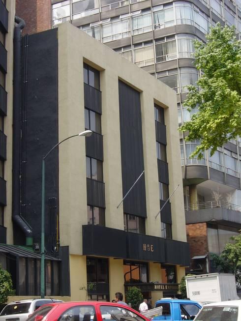 Fachada exterior antes de la remodelación: Casas de estilo clásico por Windlock - soluciones sustentables