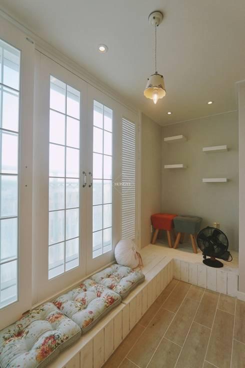 프로방스 느낌의 화이트톤 33평 인테리어: 홍예디자인의  거실
