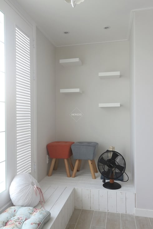 프로방스 느낌의 화이트톤 33평 인테리어: 홍예디자인의  침실