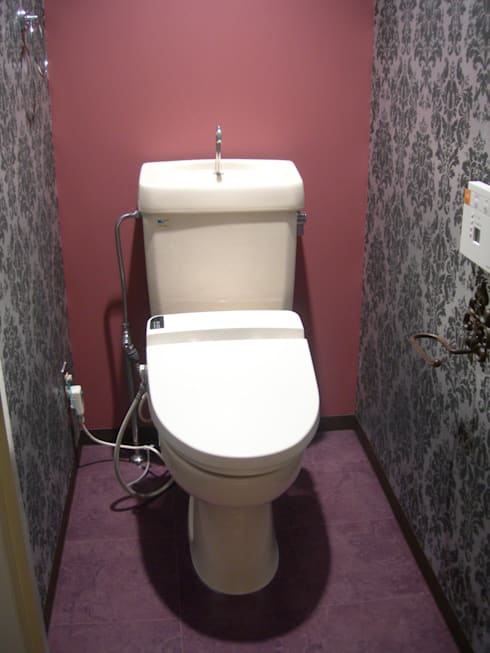 トイレもクライアントがどこか海外旅行に行ったときの印象に残っている壁紙にしたい。という要望。探すのに苦労しました。: インテリア研究事務所が手掛けた浴室です。