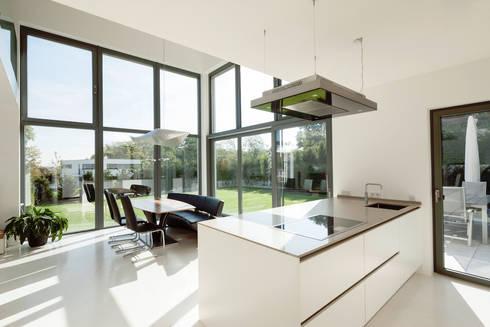 Küche mit Essbereich und Gartenzugang : moderne Esszimmer von in_design architektur